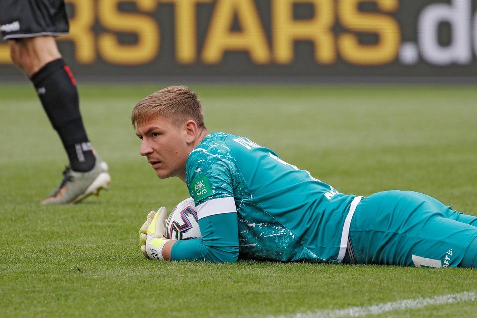 Kevin Broll hat den Ball sicher - und Dynamo nach dem Aufstieg auch die Drittliga-Meisterschaft.