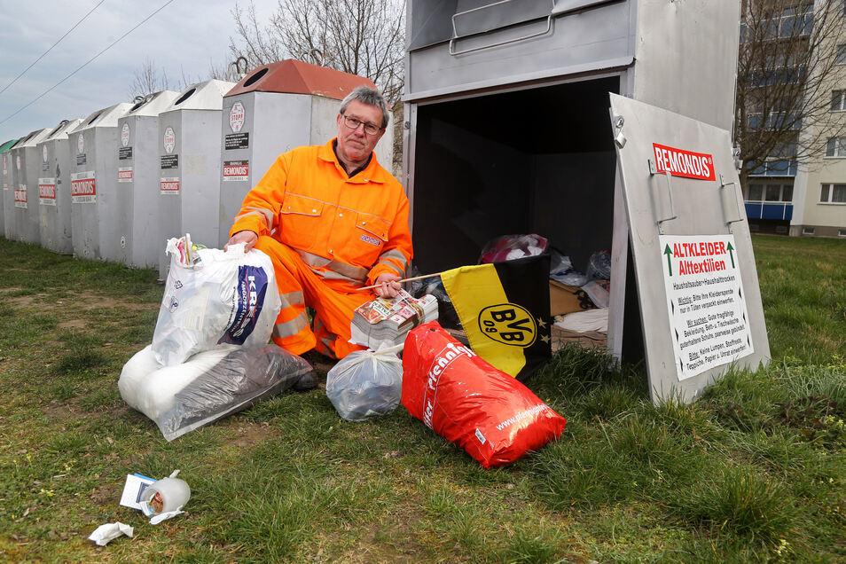Remondis-Mitarbeiter Heiko Schubert hat den Altkleidercontainer hinterm Lidl im Stadtteil Weida geöffnet. Auch hier entdeckt er jede Menge Müll, der da nicht hinein gehört.