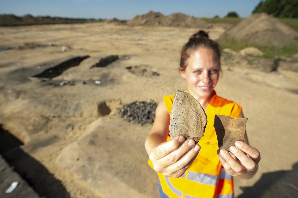 unde bei Radeburg am Meißner Berg: Keramikstücke, die wahrscheinlich 2.800 Jahre alt sind, zeigt Grabungsleiterin Susanne Koch vom Landesamt für Archäologie.