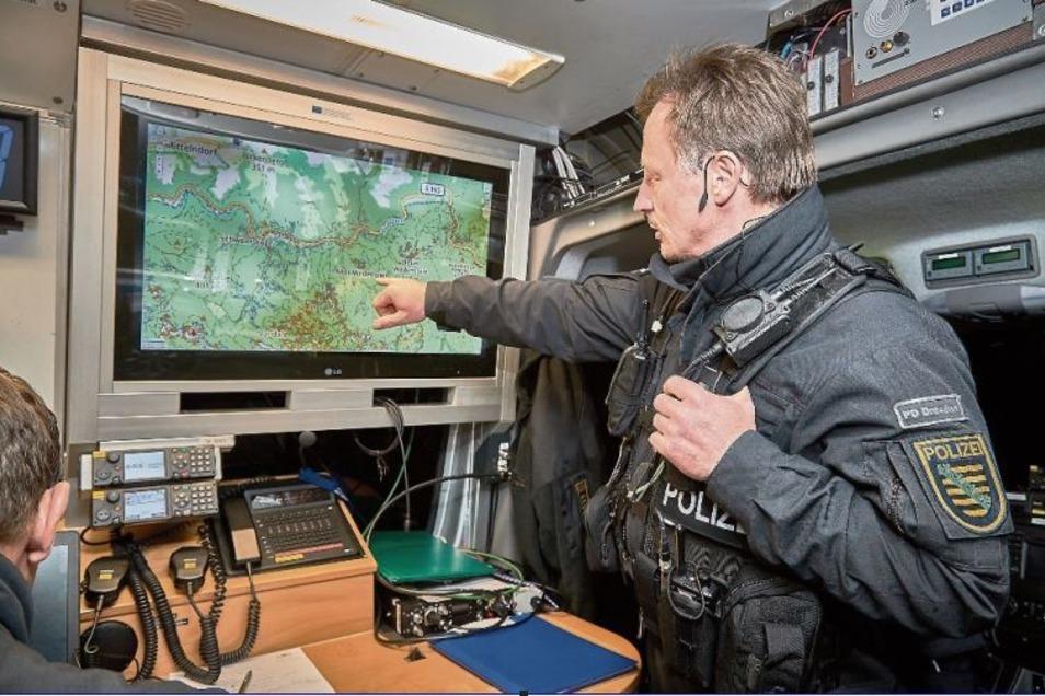 Iven Eißner, erster Hauptkommissar von der Polizei, im Einsatzleitwagen auf einem Parkplatz bei Mittelndorf. Am Sonntag wurde schweres Geschütz aufgefahren.