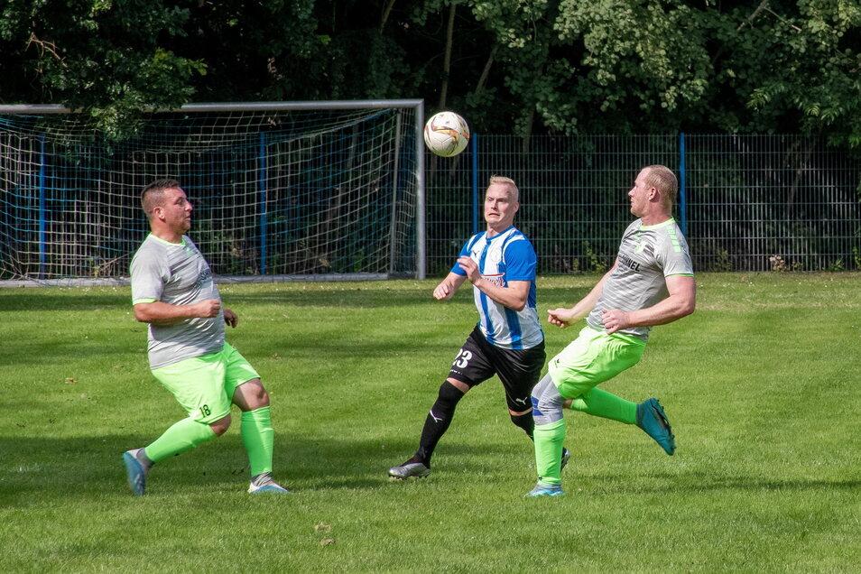 Der Hochweitzschener Sebastian Kaulich will zwischen den Niederstriegisern Patrick Werner (links) und David Kaulich hindurch.