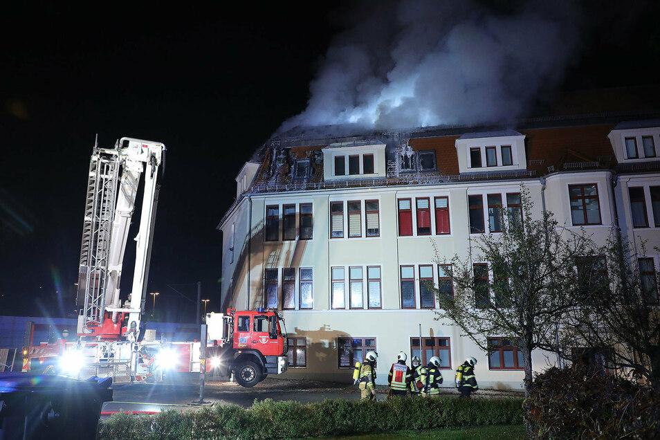 Auf Drehleitern stehend löschten die Feuerwehrleute den Brand in Freital.