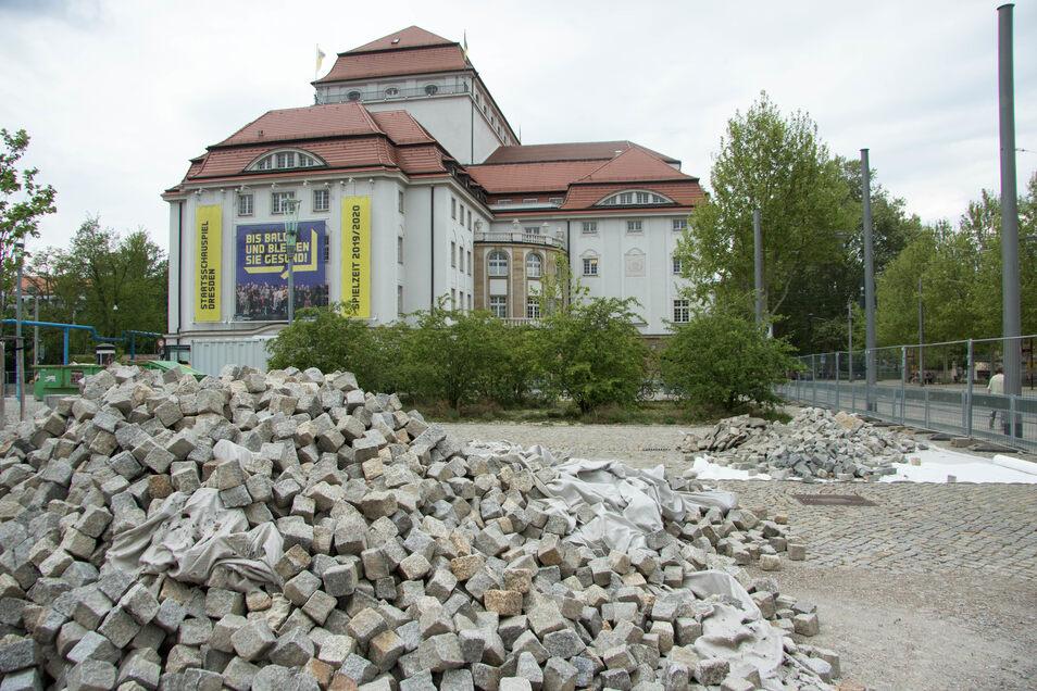 Der Platz vor dem Schauspielhaus ist zur Baustelle geworden.