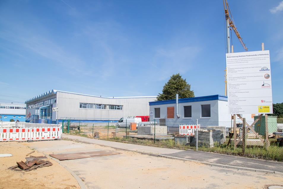 Die räumliche Nähe zwischen Heizhaus (rechts) und Schwimmhalle legt nahe, dass die Versorgung zusätzlicher Wellness-Einrichtungen mit Wärme möglich wäre.