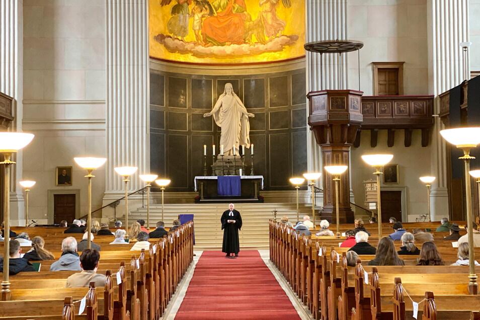 Im gebührenden Abstand und unter Einhaltung der Corona-Regeln feierten die Christen in der Zittauer Johanniskirche Ostergottesdienste.