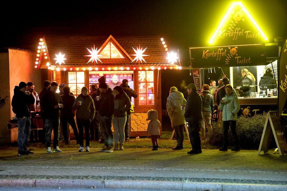 An der Sparkasse stand einer der wenigen Imbissstände und eine Hütte, an der es Herrnhuter Sterne zu kaufen gab.