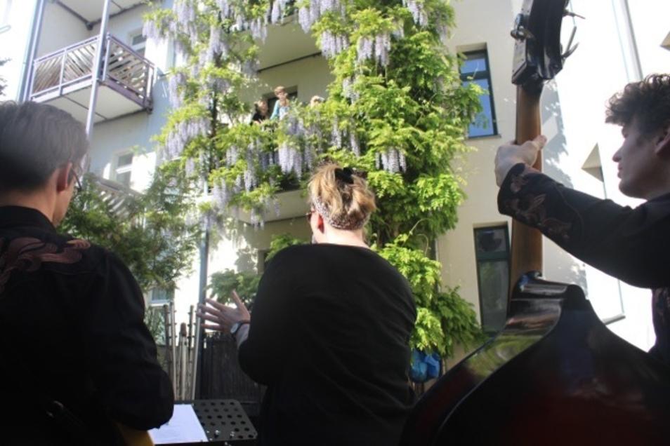 Vor dem Balkon oder im Hinterhof sind Konzerte auch in Corona-Zeiten kein Problem.