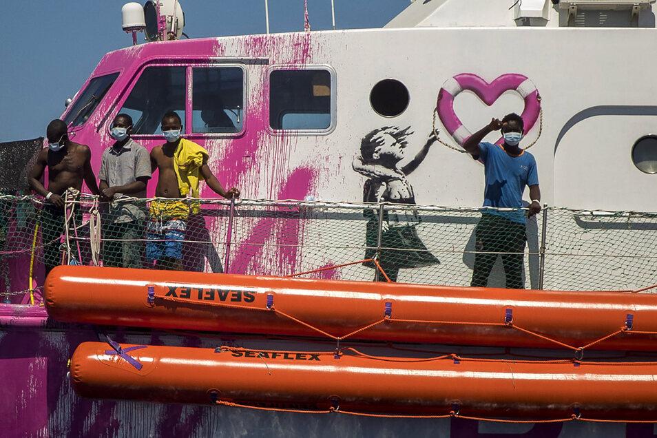 Ein Junge an Bord der «Louise Michel», das vom renommierten Künstler Banksy finanziert wird, winkt der Besatzung eines anderen Rettungsschiffes.