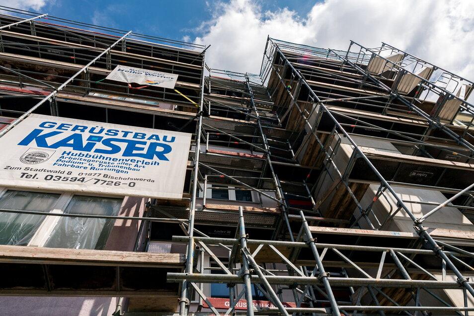 Zurzeit sind die Blöcke in der Ernst-Thälmann-Straße, an denen die Aufzüge angebaut werden, noch eingerüstet.
