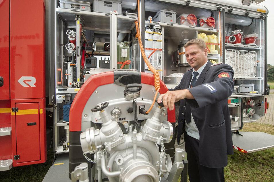 Christian Lehmann zeigt die neue leistungsstarke Pumpe des Fahrzeuges mit der Bezeichnung LF 20 KatS.