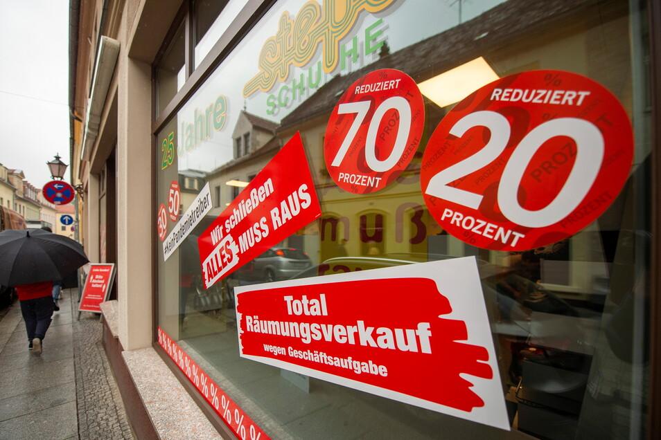 Seit Tagen unübersehbar: Das traditionsreiche Schuhgeschäft steps von Horst und Ute Wegerich auf der Meißner Straße schließt Ende Oktober.