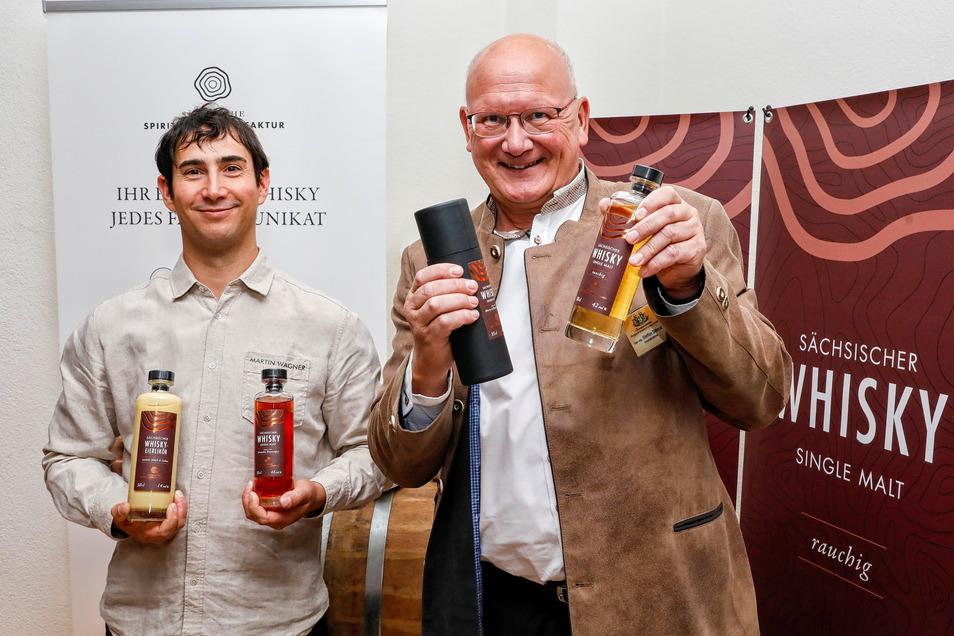 Martin Wagner und Steffen Dittmar (r.) zeigen ihren gemeinsam produzierten Whisky.