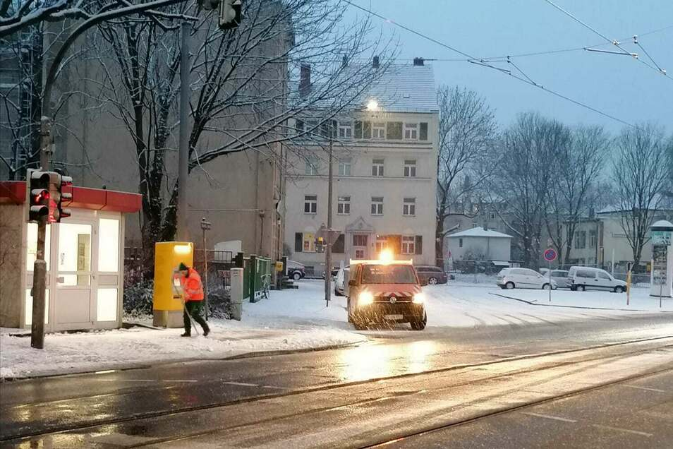 Wie hier in Altcotta war am Dienstagmorgen überall in Dresden Schneeräumen die erste Aufgabe.