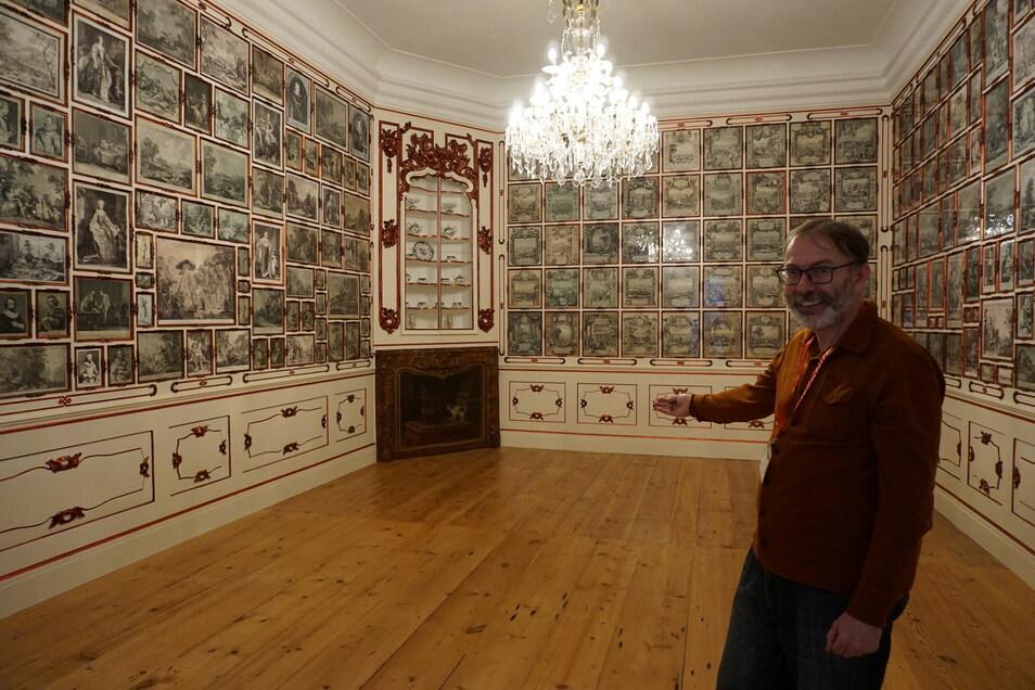 Rudolf Krause zeigt das wieder hergestellte grafische Kabinett mit 300 Kupferstichen.