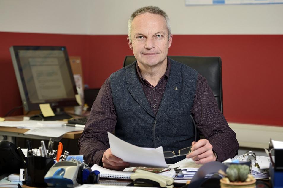 Ostraus Bürgermeister Dirk Schilling (CDU) hat zwei Vereinen je 500 Euro überreicht.