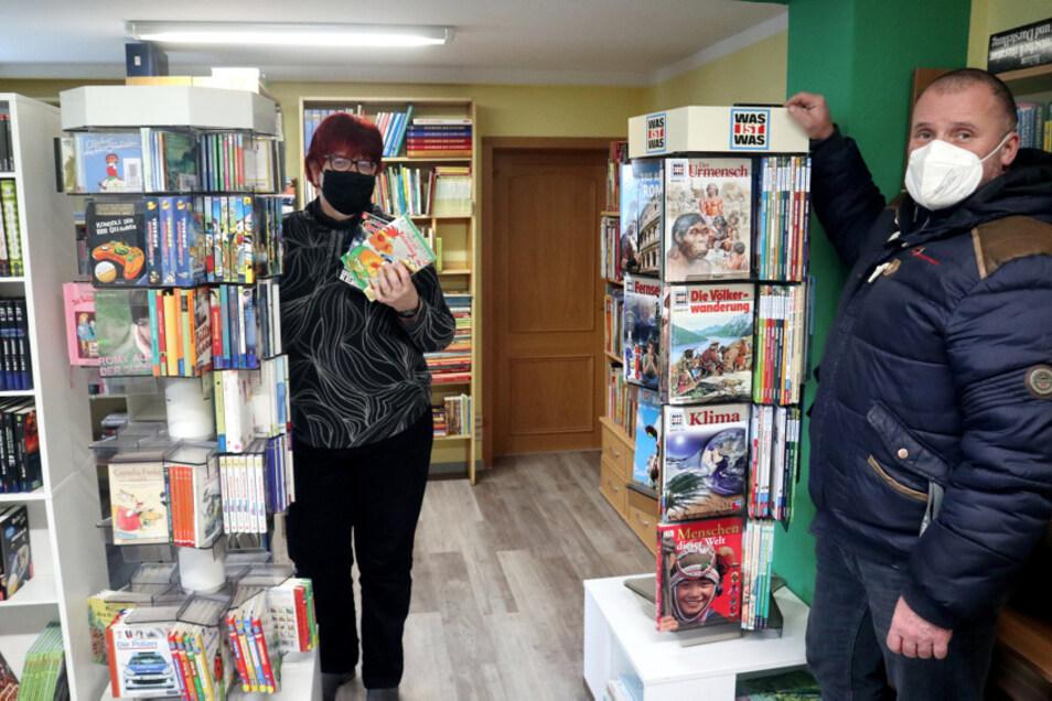 Die Lohsaer Gemeindebibliothek im Zejler-Smoler-Haus soll nach der Renovierung ab dem 8. Februar wieder öffnen. Darauf freuen sich Bibliothekarin Grit Pelzer und Torsten Heider, der verantwortliche Sachbearbeiter in der Gemeinde Lohsa.