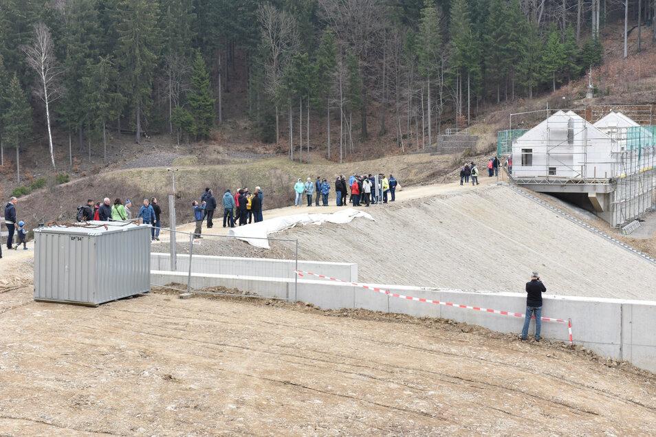 Als die Baustelle gefahrlos begangen werden konnte, gab es im Frühjahr 2019 einen Tag der offenen Tür auf dem neu aufgeschütteten Damm.