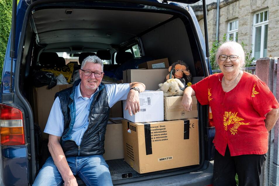 Beate Mihaly und Frank Gliemann packen für eine 2.000 Kilometer lange Fahrt.
