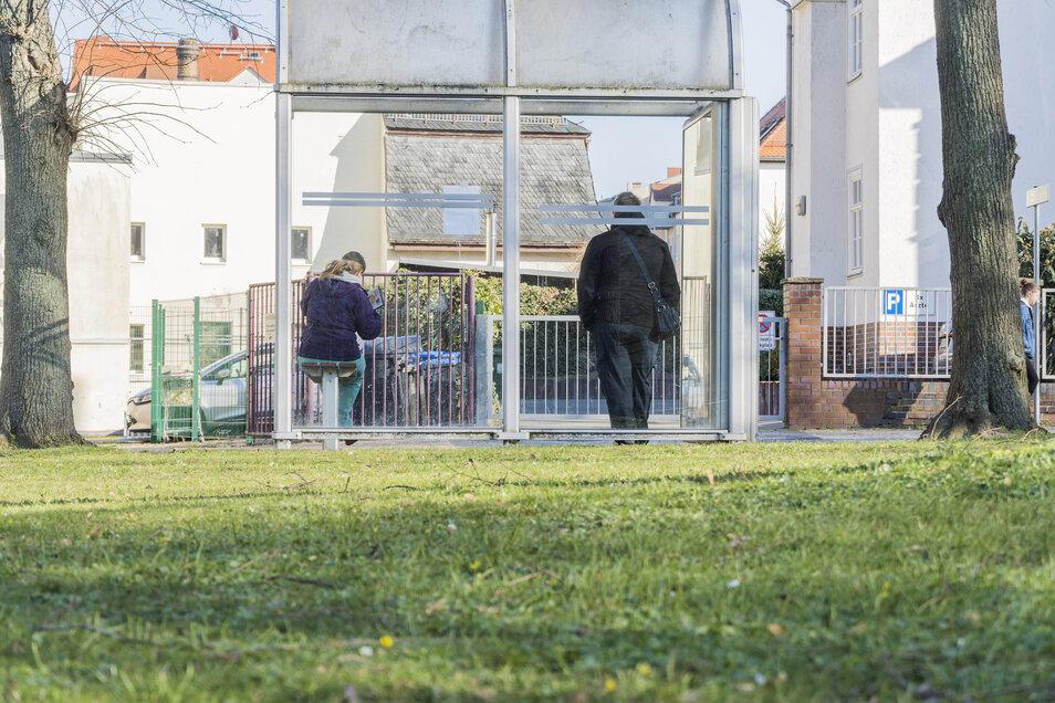 Auf Abstand auch an der Bushaltestelle: ein Eindruck vom Riesaer Puschkinplatz.