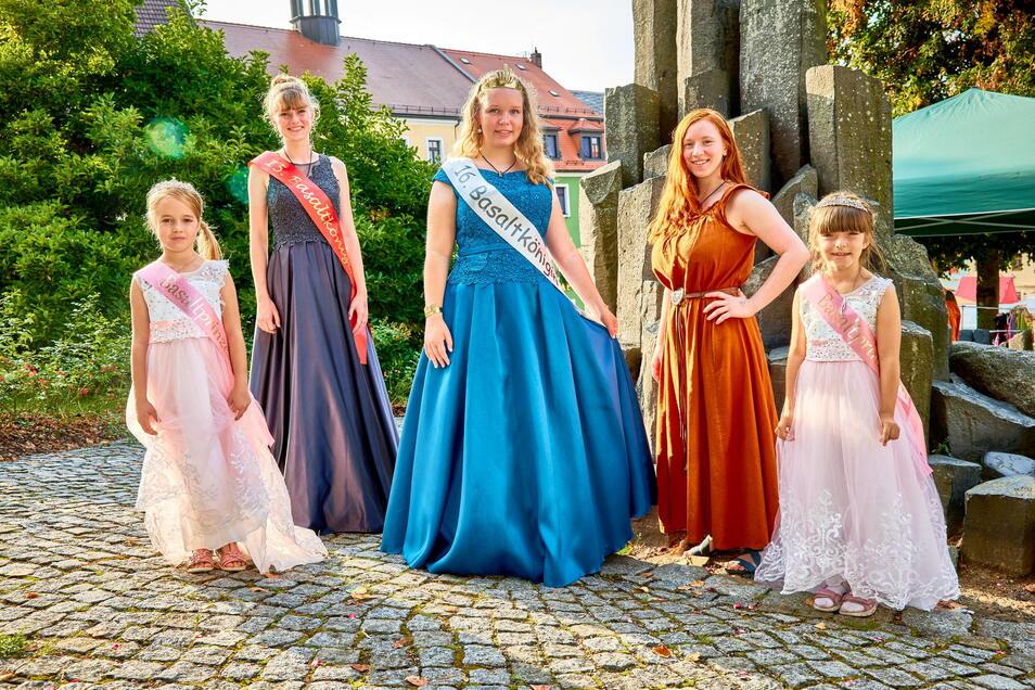 Die 16. Basaltkönigin Sophie Sonntag (Mitte), Leoni Weser (2.v.l.), 15. Basaltkönigin und Bettina Uhlemann (2.v.r.) die 13. Majestät, zusammen mit den beiden Prinzessinnen Tünde (links) und Xena (rechts).