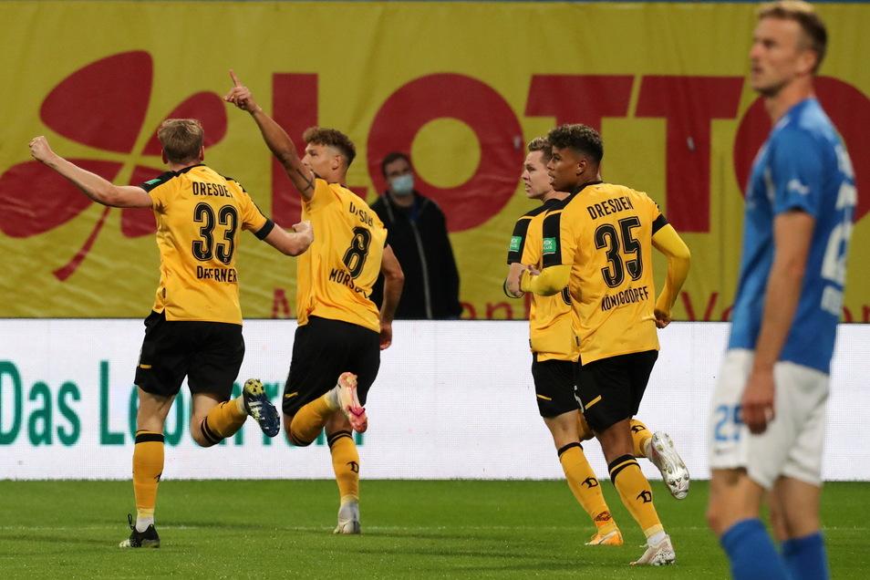 Dynamo jubelt wieder in Rostock wie hier nach dem 1:0 durch Heinz Mörschel.
