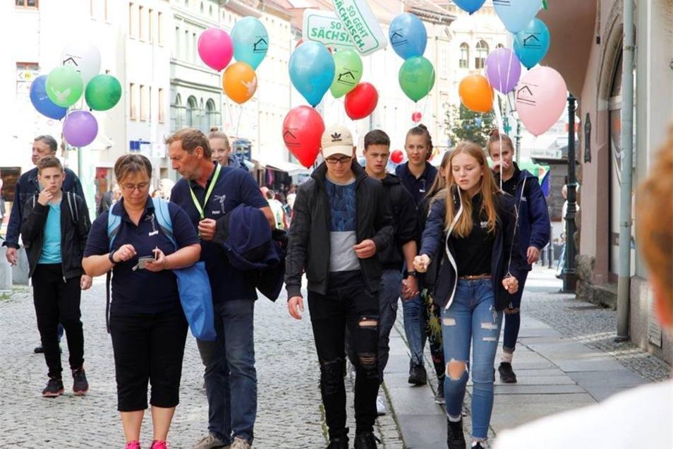 Immer wieder viele Gäste mit bunten Ballons.