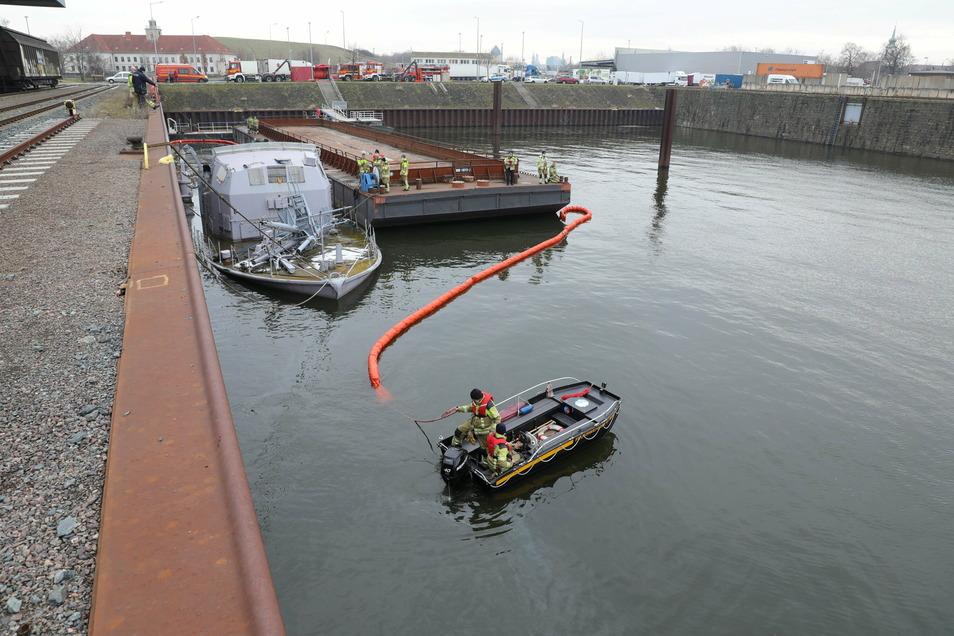 Eine schwimmende Sperre soll verhindern, dass sich das Öl weiter verbreiten kann.