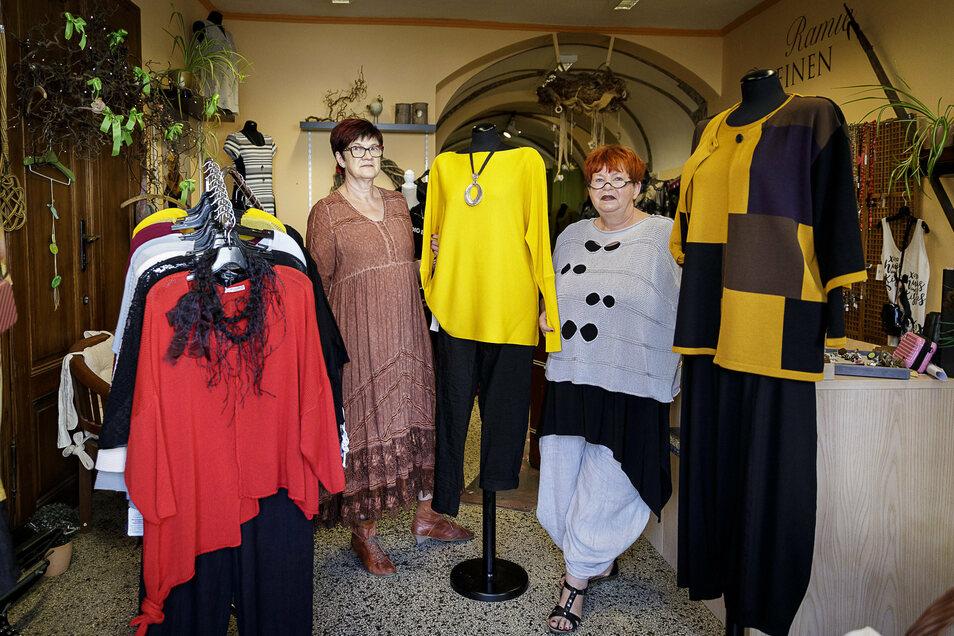 Dagmar Tippmann (rechts) und ihre Mitarbeiterin Monika Lochner bieten Mode für starke Frauen an.