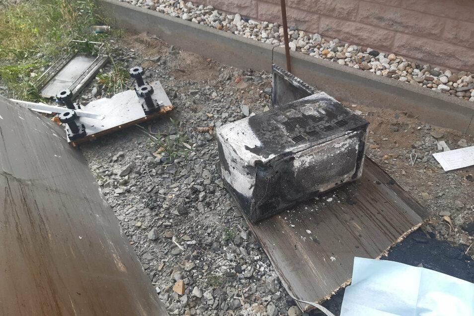 Die verkohlte Mikrowelle ist nach ersten Erkenntnissen Auslöser des Feuers.