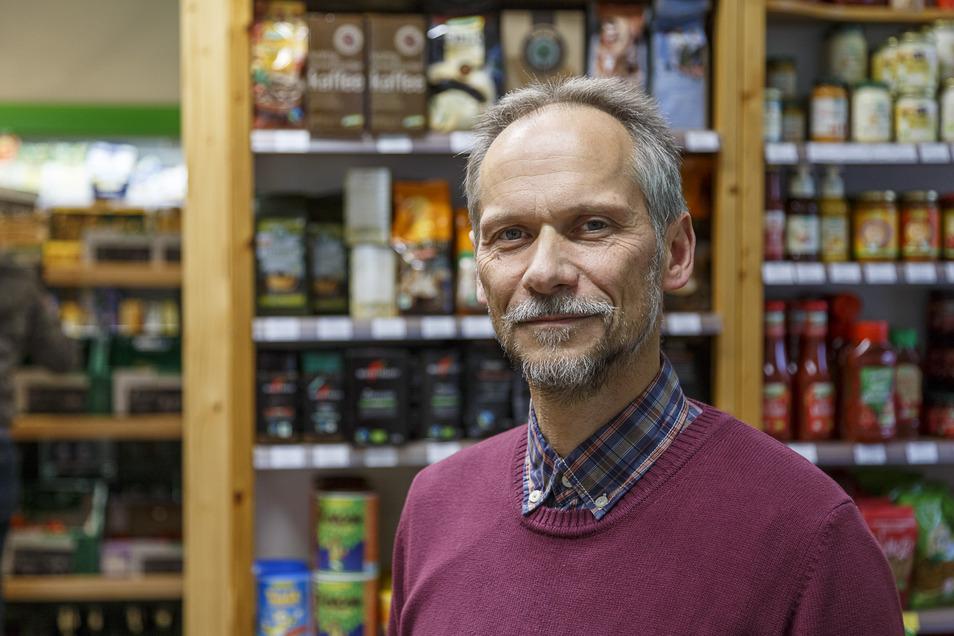 Andreas Niedrig, Chef der gleichnamigen Drogerie am Görlitzer Demianiplatz: Das Geschäft ist geöffnet, hier gibt es auch Oster-Geschenke.