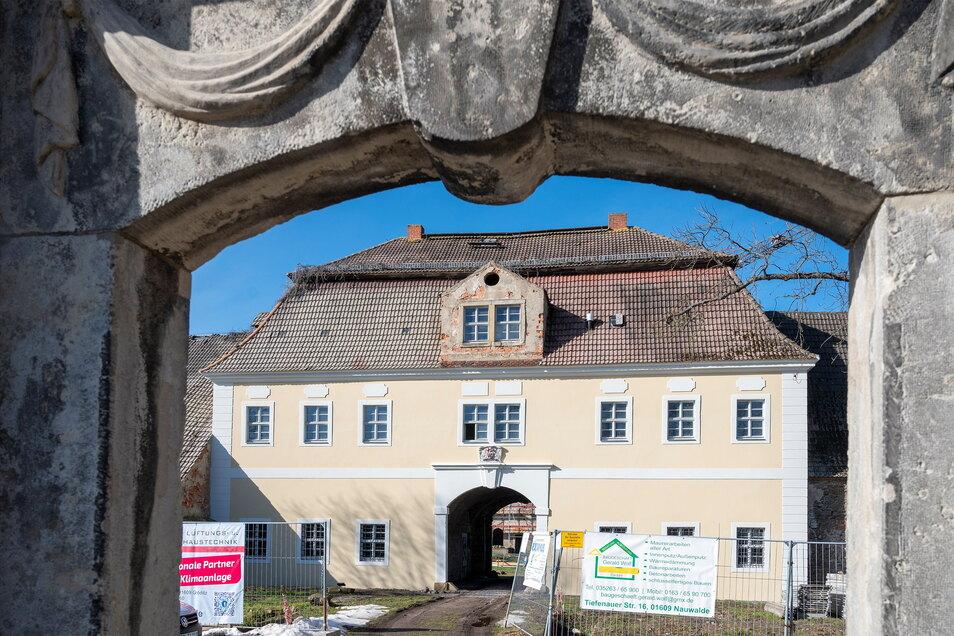Die Fassade am östlichen Torhaus des Tiefenauer Ritterguts ist neu geputzt und gestrichen.