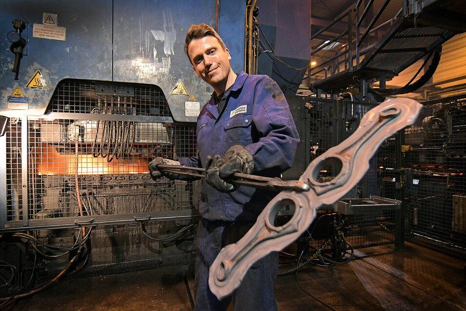 Marko Lange gehört zu den Schmiedewerkern, die bei der Frauenthal Powertrain GmbH in Roßwein iPleuelstangen und Ausgleichswellen für Verbrennungsmotoren hergestellt haben