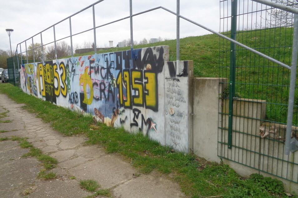 Junge Leute brauchen Visionen. Am Rande des Rostiger Sportplatzes haben sie einige davon aufgesprüht.