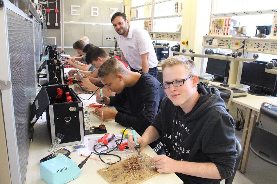 Zusammen mit elf weiteren Teilnehmern am Elektronikercamp bastelte Chris Slowikoska aus Arnsdorf unter Anleitung des Ausbilders Maik Nieschalke ein Solarflugzeugmodell.