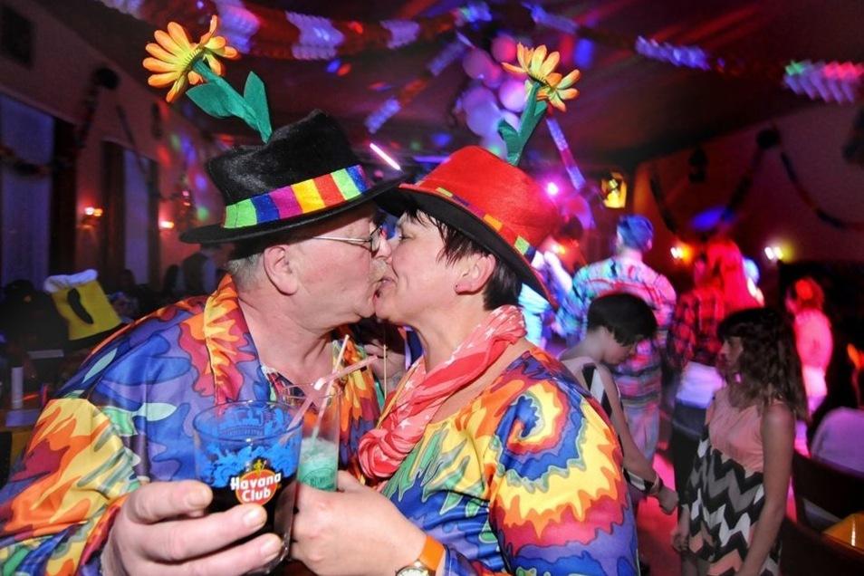Ein Küsschen in Ehren... Sylvia und Jürgen aus Döbeln sind Stammgäste beim Haßlauer Fasching. Beim Karnevalsclub Haßlau dreht sich in diesem Jahr alles um Urlaub und Camping. Aufs Korn genommen werden beispielsweise das Verhalten der verschiedenen Nationa