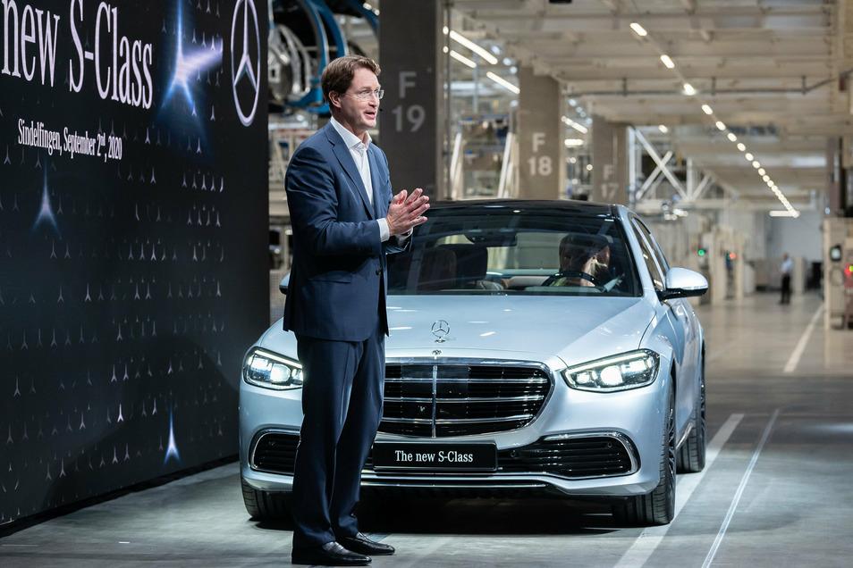 """Ola Källenius präsentiert bei der Weltpremiere die neuen Mercedes-Benz S-Klasse in der """"Factory 56""""."""