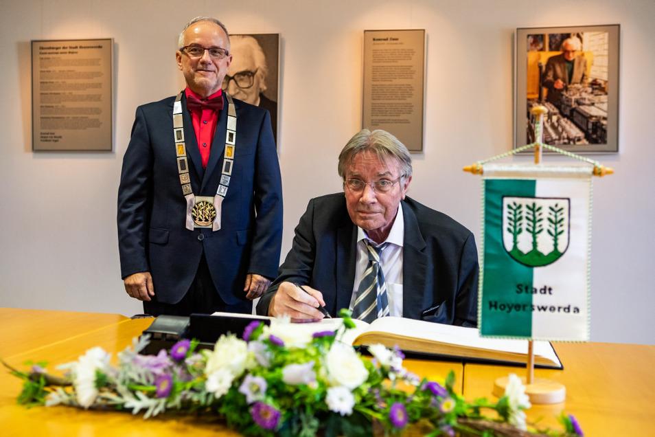Seinen berühmten Vater auf Bildern im Rücken schrieb Horst Zuse sich am Donnerstag in das Goldene Buch der Stadt Hoyerswerda ein.