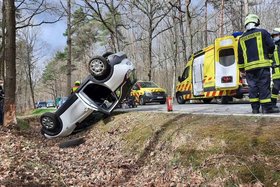 Der Opel war nach links von der Fahrbahn abgekommen und hatte sich überschlagen.