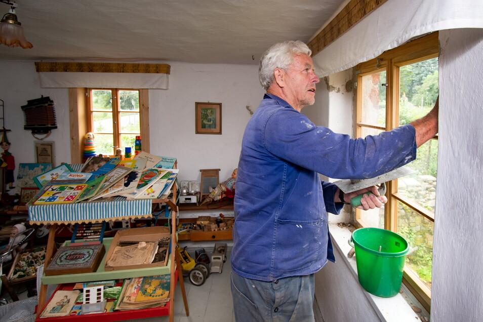 Klaus Grünert putzt die neuen Fenster im Dorfmuseum von Littdorf. Jedes ist eine Einzelanfertigung.