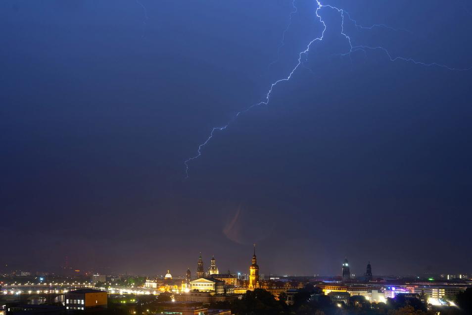 Am Dienstagabend zog ein Gewitter über Dresden. Der Wind fällte Bäume, der Regen flutete eine Brückendurchfahrt und eine Bundesstraße.