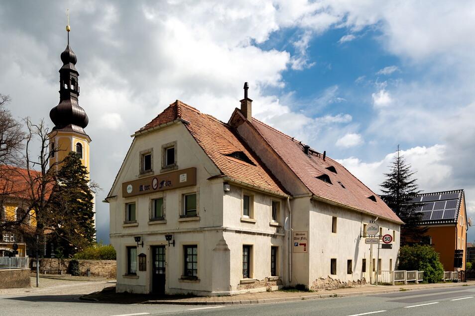 Der historische Gasthof Alter Fritz in Hochkirch hat einen neuen Eigentümer. Am Dienstag wechselte das Gebäude, das zuletzt Bautzens OB Alexander Ahrens (SPD) gehörte, bei einer Auktion den Besitzer.