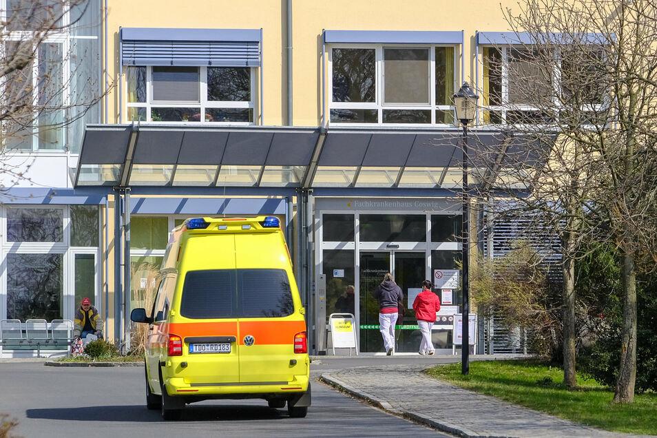 Ein Krankenwagen fährt vor das Fachkrankenhaus in Coswig. Das Lungenfachzentrum hat seit längerem jetzt wieder einen Corona-Patienten aufgenommen. Die Person stammt aber nicht aus dem Landkreis Meißen.