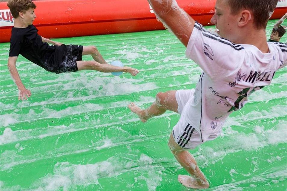 Das war aber schwieriger als gedacht. Wasser und Schaum machten das Spiel zur Rutschpartie.
