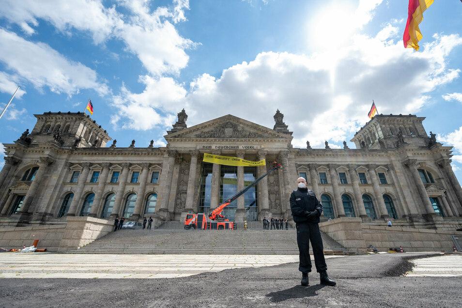 Vor dem Bundestag protestierten Greenpeace-Aktivisten gegen die Kohleverstromung
