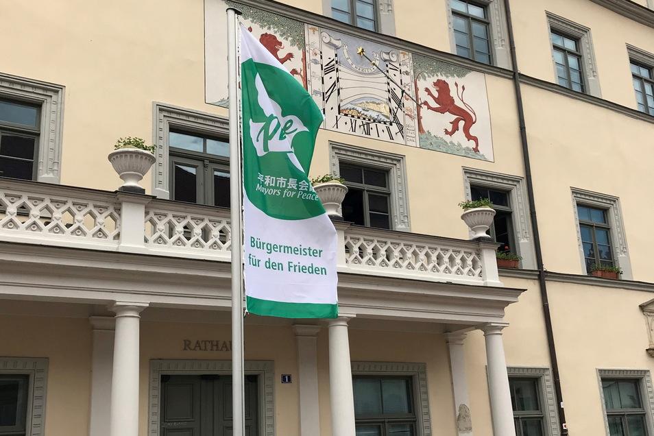 """""""Mayors for Peace""""- Fahne vor dem Pirnaer Rathaus: Sichtbares Zeichen für weltweiten Frieden."""