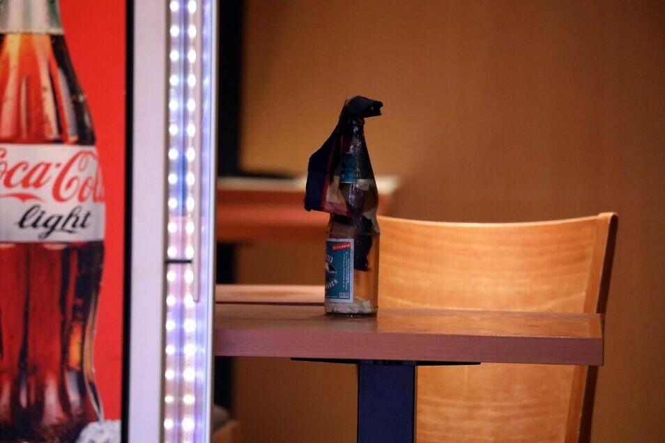 Diese Flasche mit brennbarem Material soll der Verdächtige angezündet und in den Imbiss geworfen haben.