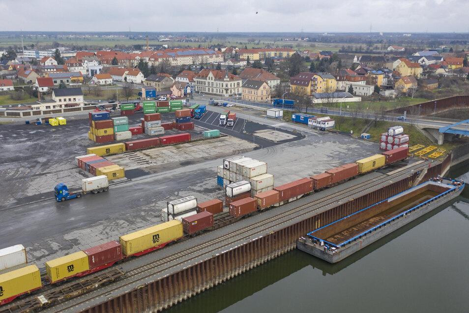 Blick auf den Hafen in Riesa. 2019 wurden hier erneut mehr Container umgeschlagen als im Vorjahr.