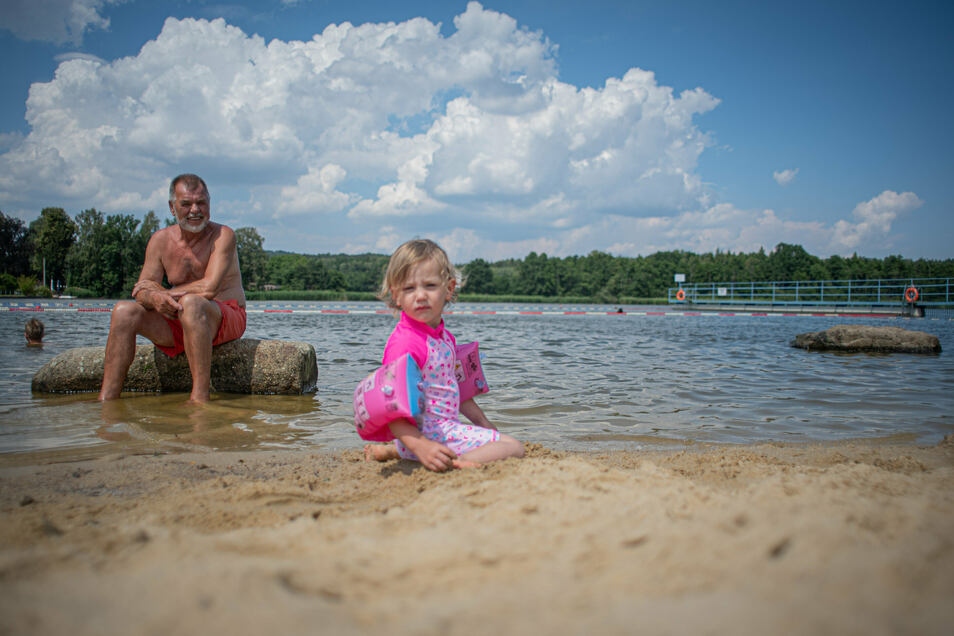 Sie fühlen sich wohl im Buschmühlenbad in Hauswalde: Peter Kunze mit Enkeltochter Lena, die in Mainz zu Hause und jetzt auf Besuch in der Oberlausitz ist.