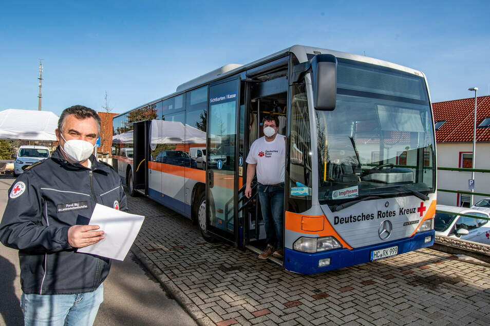 Das DRK Döbeln-Hainichen hat einen Niederflurbus in ein mobiles Impfzentrum umgebaut, das René Illig (links) und Kenny Göbel vorgestellt haben. Der Bus soll vor allem in entlegenen Orten Station machen.