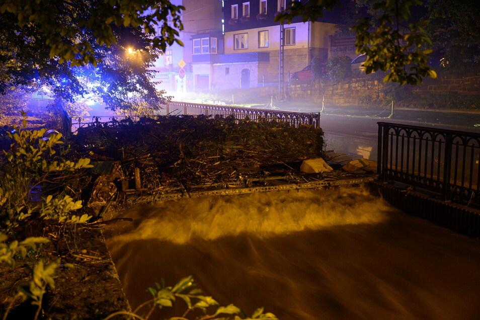 Holz und Geröll hat die Kirnitzsch auf einer Brücke angespühlt.